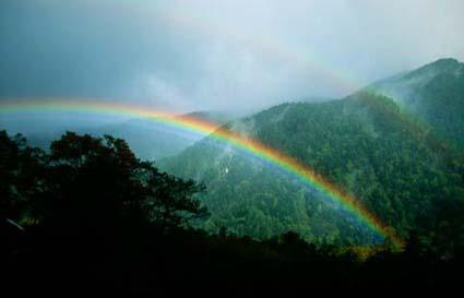 虹の梓川 虹と河原 散策コースのトップ 梓川の虹 梓川にかかった虹 上高地へ着いたら秋雨前線が北